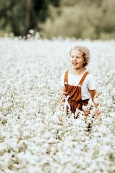 Portret van een mooi klein meisje in een bruine sundress
