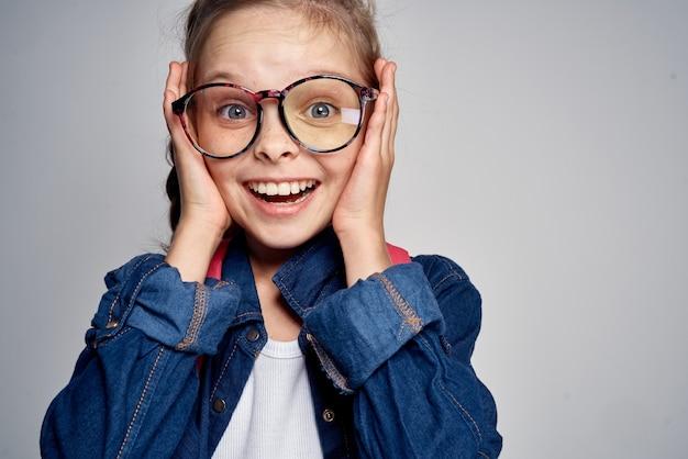 Portret van een mooi klein schoolmeisje