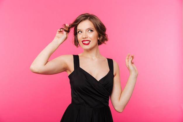 Portret van een mooi meisje, gekleed in zwarte jurk