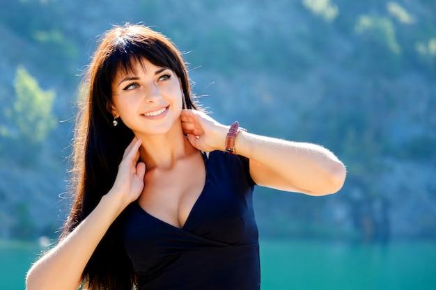 Portret van een mooi meisje in de bergen en het meer