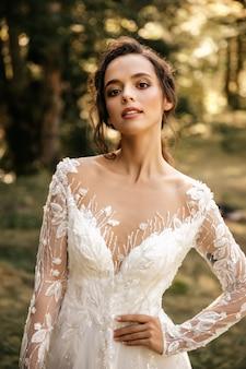 Portret van een mooi meisje in een witte jurk