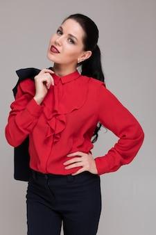 Portret van een mooi meisje in heldere zakelijke kleding geïsoleerd op een lichte achtergrond