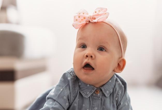 Portret van een mooi meisje met een boog. baby zuigeling close-up