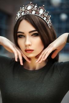 Portret van een mooi meisje met een kroon close-up