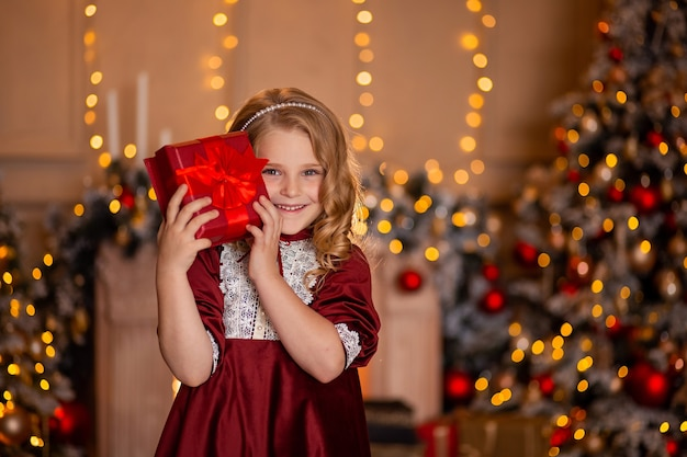 Portret van een mooi meisje met een rode gift