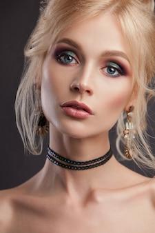 Portret van een mooi meisje met lichte make-up en haarstijl