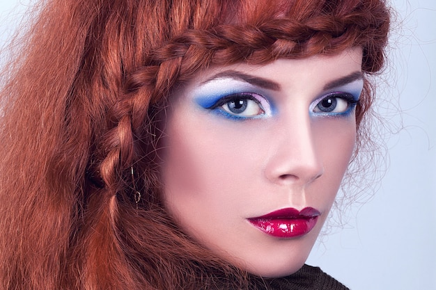 Portret van een mooi meisje met rood haar.