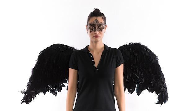 Portret van een mooi meisje met zwarte vleugels