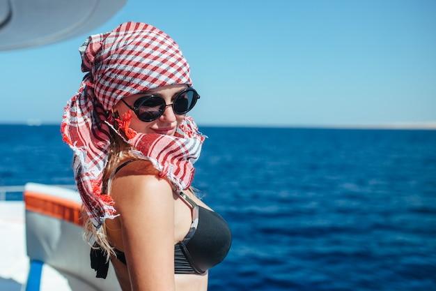 Portret van een mooi meisje op een jacht