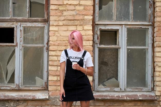 Portret van een mooi meisje poseren tegen een bakstenen muur
