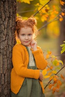 Portret van een mooi roodharig meisje met lang haar