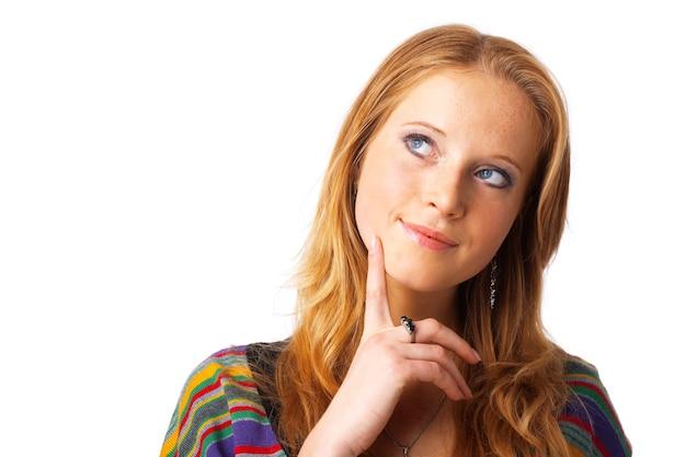 Portret van een mooi, roodharig model, wegkijkend, dromend.