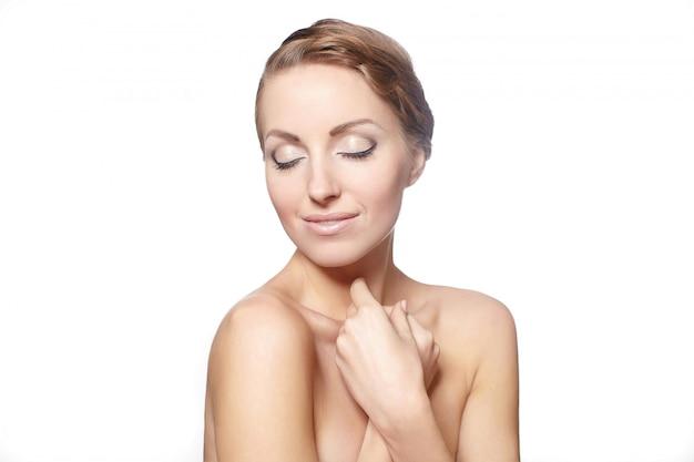Portret van een mooi vrouwelijk model dat op witte stijl van het achtergrond heldere make-up krullende haar wordt geïsoleerd