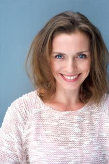 Portret van een mooie 40-jarige vrouw die lacht