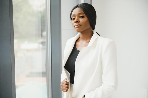 Portret van een mooie afro-amerikaanse zakenvrouw op kantoor