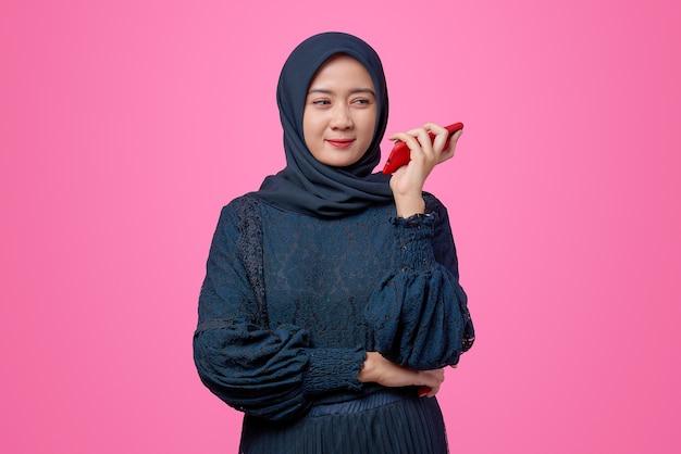Portret van een mooie aziatische vrouw die met een smartphone praat en zich verveelt