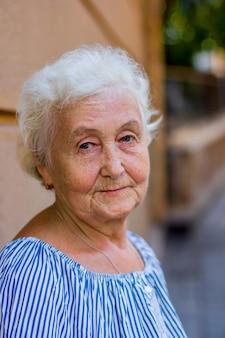 Portret van een mooie blonde oudere vrouw