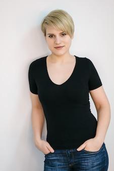 Portret van een mooie blonde vrouw met kort haar. geïsoleerd op een witte muur