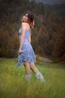 Portret van een mooie blonde vrouw op de bergen