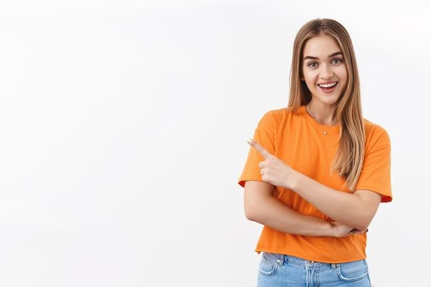 Portret van een mooie blonde vrouwelijke parttime medewerker in gesprek met manager of klantenondersteuning