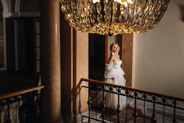 Portret van een mooie bruid in de hal.