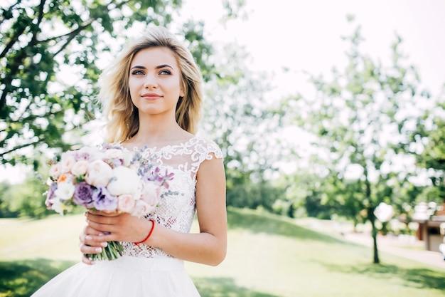 Portret van een mooie bruid in de natuur