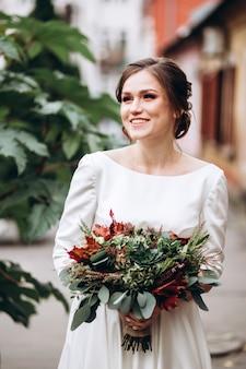 Portret van een mooie bruid in een bescheiden jurk.
