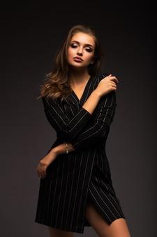 Portret van een mooie brunette. luxueuze vrouw met mooie lippen.
