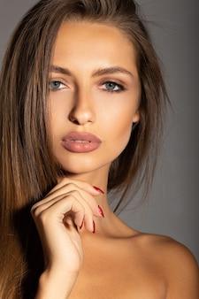 Portret van een mooie brunette op make-up. luxueuze vrouw met mooie lippen.