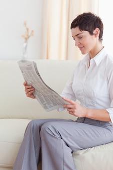 Portret van een mooie brunette vrouw het nieuws lezen