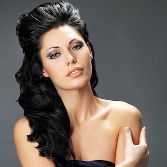 Portret van een mooie brunette vrouw met lang haar