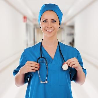 Portret van een mooie elegante succesvolle arts in blauwe eenvormig