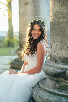 Portret van een mooie en gelukkige bruid in een trouwjurk op haar trouwdag