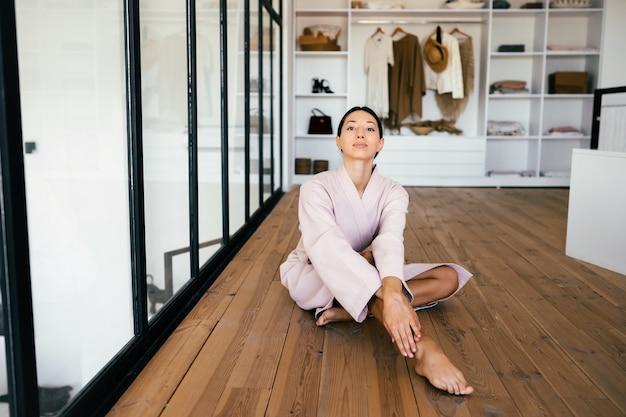 Portret van een mooie gezonde vrouw in badjas binnenshuis