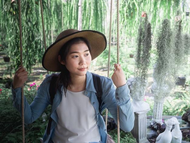 Portret van een mooie jonge aziatische vrouw die hoed draagt