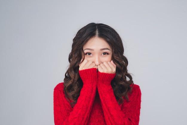 Portret van een mooie jonge aziatische vrouw in warme kleren