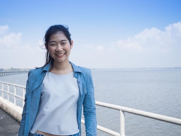 Portret van een mooie jonge aziatische vrouw