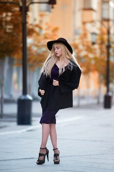 Portret van een mooie jonge blonde vrouw in de herfst in openlucht ity entourage