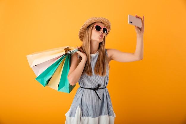 Portret van een mooie jonge blonde vrouw in de zomerhoed