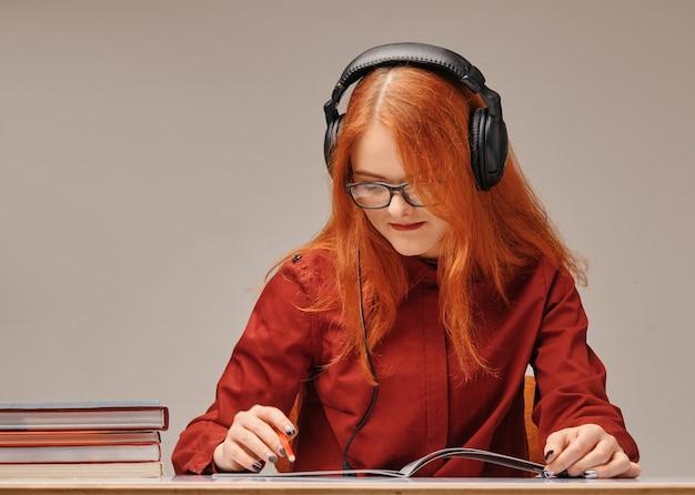 Portret van een mooie jonge brunette die door het boek bestudeert