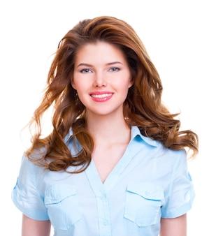 Portret van een mooie jonge glimlachende geïsoleerde vrouw in blauw overhemd