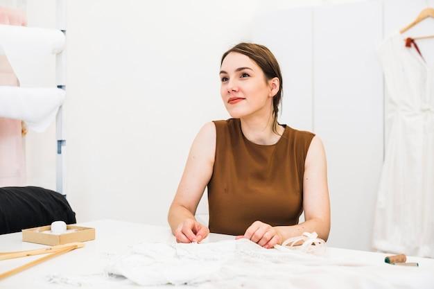 Portret van een mooie jonge modeontwerper in studio