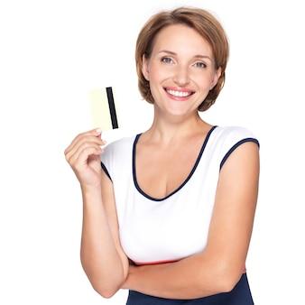 Portret van een mooie jonge volwassen gelukkige vrouw met creditcard