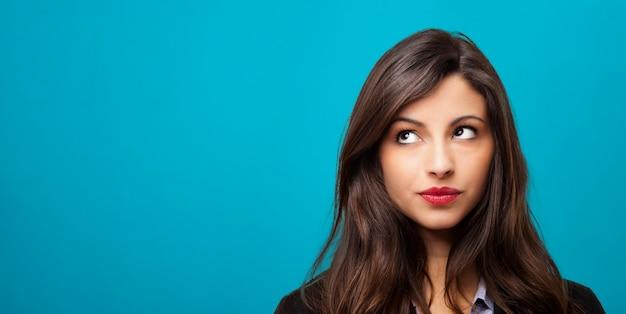Portret van een mooie jonge vrouw denken