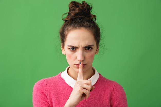 Portret van een mooie jonge vrouw geïsoleerd, stilte gebaar tonen