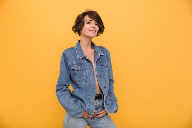 Portret van een mooie jonge vrouw gekleed in denim jasje