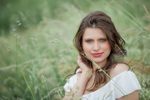 Portret van een mooie jonge vrouw in de natuur