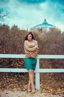 Portret van een mooie jonge vrouw in een herfst park. foto's in warme kleuren