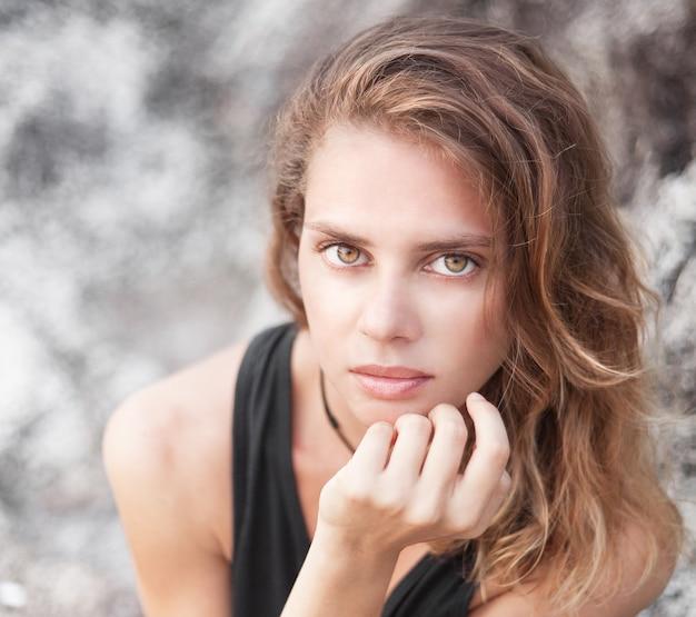 Portret van een mooie jonge vrouw in openlucht