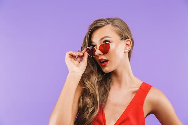 Portret van een mooie jonge vrouw in rode jurk